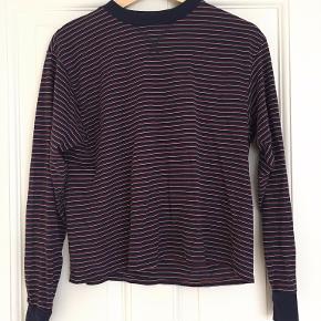Stribet sweatshirt fra Brandy Melville. Onesize, men svarer til en str. S. Ikke brugt ret mange gange og i fin stand.