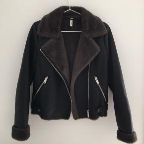 Har kun gået med den 3 gange. Pelsen inden i, er verdens blødeste materiale man kan finde:) SUPER lækker jakke, ved ikke om det er ægte læder, men rigtig god kvalitet. Rigtigt god lige nu til forårsvejret:)