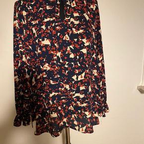 Smuk bluse med fine detaljer Størrelsessvarende