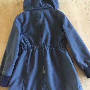Sød overgangsjakke med fleece og aftagelig hætte. Str. 116