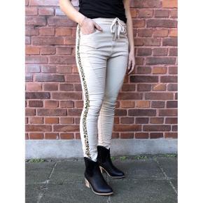 Flotte bukser de er nye med tags  Og aldrig brugt kun prøvet de er så flotte😊😊😊