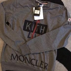 Ubrugt Moncler trøje med prismærke, da den blev kørt. Ingen prismærke nu   Byd!!  Trøjen er M/L
