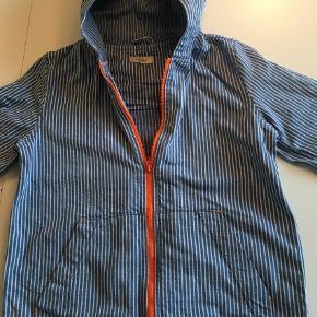 Varetype: Jakke forår / sommerStørrelse: 6år Farve: Blå  Så fin jakke i kraftig lærred