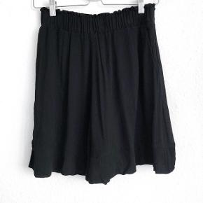 H&M short i sort    størrelse: 38   pris: 100 kr    fragt: 37 kr