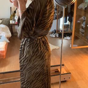 """Jeg sælger den smukkeste kimono fra Rabens Saloner. Jeg tror ikke denne model bliver solgt længere. Kostede cirka 1.450 kr. fra ny💞 Jeg har sat den som """"God, men brugt"""", da jeg har brugt den en del morgener eller på stranddage, men den fejler ikke noget!  Str S."""