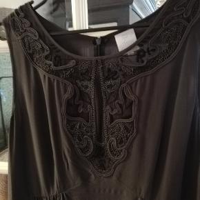 Super flot kjole, aldrig brugt. Meget klædelig facon, str 42, 100% silke