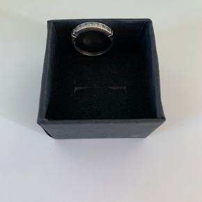 Den smukkeste sølvring med 7 hvide safir sten sælges, da den kun har været i brug få gange.  Ringen er købt i Guldsmed Boye i Århus.  Materiale: 925 Sterling Silver Sten: 7 hvide Safir sten Str.: 54 Nypris: 1300
