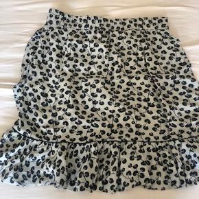 Så fin nederdel fra Ganni i lyseblå.  Str. 38 men passer str. 36  God men brugt, fejler intet.  MP: 350,-kr pp 🌸  BYTTER IKKE
