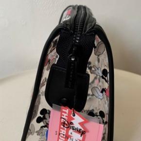 Har EN tilbage! Disney (Mickey & Minnie) større kosmetik / toilet taske. Kan også bruges til andre accessories - købt i UO. Mål: Bredde ca 22-23 cm Højde ca 16-17 cm Dybde ca 13 cm Nypris 225 og sælges for under 1/2 pris plus porto