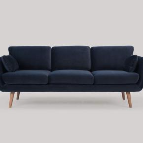 Super flot navy 3-personers sofa i velour med ben i valnød, 22 cm fra SofaKompagniet. Meget velholdt, købt for 1,5 år siden. Sælges grundet flytning.