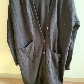 Flot lang cardigan fra Cos i lidt oversize stil. Samme som vist i brun på billedet bare i sort. Brugt i en kort periode