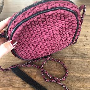 Brand: Maria la Rosa Varetype: Crossbody Størrelse: Lille Farve: Bordeaux Oprindelig købspris: 1500 kr.  Smuk håndlavet flettet crossbody taske fra Maria La Rosa.