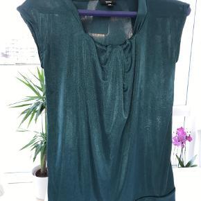 Brand: Wossio Varetype: Bluse Størrelse: XS/S Farve: Grøn  Rigtig smuk bluse med flot fald foroven sælges. Jeg kan kontaktes på 42422704. Bor lige ved Nordhavn st.