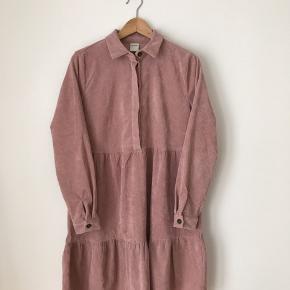 Only studio kjole i str 36. Brugt, men fremstår pæn.  Kan afhentes i Ørestad eller sendes på købers regning.