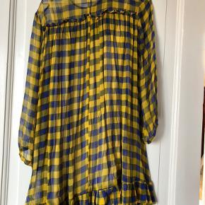 Virkelig fin kort kjole fra Baum und pferdgarten i det flotteste print. Den er så god som ny.