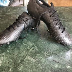 Fodboldstøvler. Nike Mercurial vapor all Black SG str. 40,5. Brugt få gange. BYD gerne