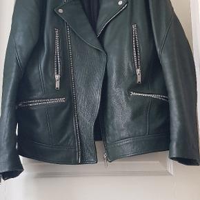 Sælger denne ufatteligt dejlig jakke fordi jeg ikke har brugt den længe, og den er for fin til bare at hænge. Byd skriv er til og handle  med.