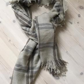 Stort lækkert tørklæde fra Malene Birger - smukke farver 70 cm x 200 cm Bytter ikke