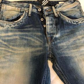"""Brand: Pepe Varetype: Boyfriend Størrelse: 29/32"""" Farve: Denim Oprindelig købspris: 800 kr.  Helt nye Pepe jeans. Modellen er nok mest en boyfriend model."""