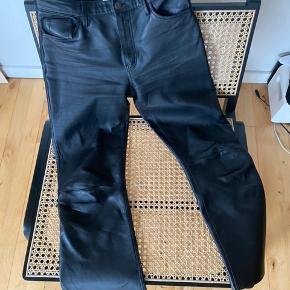 Sælger disse ægte læder bukser fra H&M Premium Quality, da jeg aldrig har fået dem brugt - nypris: 1299 str: 36 (s) - BYD!