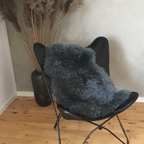 Sælges grundet flytning. Flagermusstol så god som ny, har kun været siddet i få gange med skind over sædet, derfor ingen ridser.  Flagermusstolen er sort læder og med sort stel.   Måler: B: 70, D: 75, H: 88 cm.