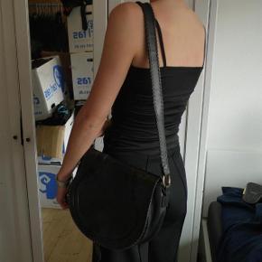 Varetype: skuldertaske læder taske medium Størrelse: Medium Farve: Sort Oprindelig købspris: 5300 kr.   NUL BYTTE. modellen er 176 cm. skambud ignoreres. kan hentes i KBH K. sender også med dao til 39 kr. kun seriøse bud tak.byd ikke hvis du ikke mener det. jeg tager mobilepay på tlf :93 86 38 96 til camilla c. glæder mig til at høre fra jer:)  super lækker lædertaske fra Rika. intet slid. god stand og meget velholdt. mål: 27 høj 33 bred 10 siden  100 % læder. dustbag medfølger