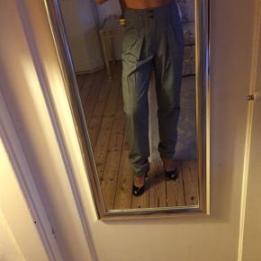 Sælger disse flotte bukser fra Monki. De kan både bruges til festlige lejligheder samt hverdag. De er behagelige at have på. Det er størrelse 34 men er store i størrelsen. Kom gerne med bud, prisen er ikke fast.