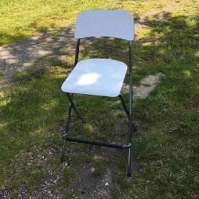 Fin hvid barstol som kan klappes sammen