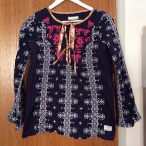 Superflot mørkeblå Odd Molly tunika skjorte med fine broderier. Størrelse 1. I rigtig god stand. Prisen er ekskl. porto.
