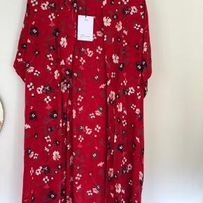 Sød kimono i 100 % viskose. Bytter ikke. Handler kun med mobilepay og sender med Dao ( køber betaler porto )