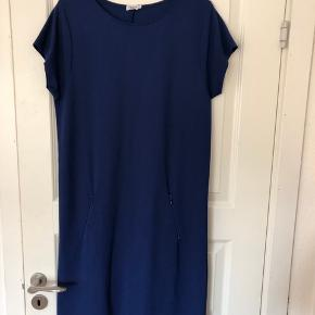 Smuk enkelt kjole med lynlås foran fra Filippa K. Str M Materiale 70% viscose, 25% polyamide, 5% elastan  Aldrig brugt, helt ny Nypris 1.199.00 DKK  Se også mine annoncer 😊