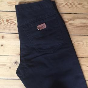 Sorte Wrangler jeans i størrelse W32 Model: TEXAS Er som nye.  Afhentes Kbh Sv eller sender med DAO.