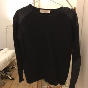 Stella McCartney sweater med detaljer på skuldre og ærmer.  Dejlig varm til vinteren.  Passer en str S.