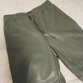 Bukser i faux leather fra gina tricot. Bud ønskes 🤍