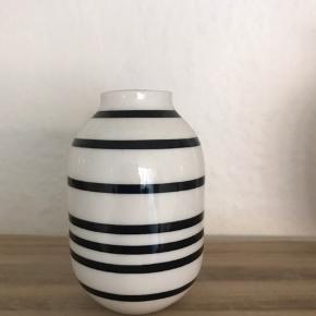 Sød lille vase, som aldrig er blevet brugt. Måler 8 cm.