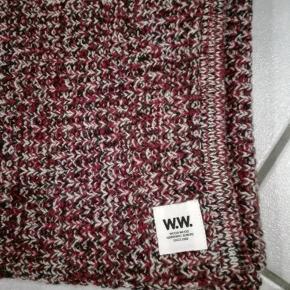 Lækkert blødt tørklæde fra Wood Wood. 70 % lambswool, 30 % polyamid 204 x 34