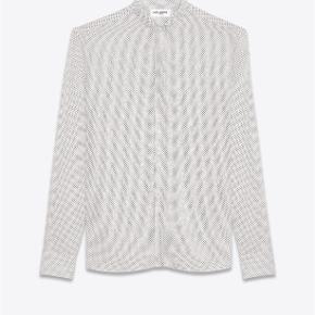 Varetype: Prikket Silke Skjorte Størrelse: 37 Farve: Cream Oprindelig købspris: 5000 kr. Kvittering haves. Prisen angivet er inklusiv forsendelse.  Prikket silke skjorte fra Saint Laurent.   Størrelse 37. Fitter løst i størrelsen. Perfekt til en strørrelse Small.  Super lækker og luksuriøst i materialet. Perfekt til skinny jeans. Fremstår i perfekt stand.  Købt i Paris og sælges i perfekt købt stand med original tag samt kopi af kvittering.   Nypris 5.000kr Sælges for 3.000kr inkl forsendelse.