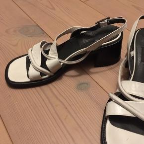 Der står ikke hvilken str. skoene har, men de ca. 37,5-38. Rigtig gode at gå i og kan strammes/løsnes i hælene.