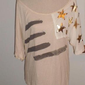 Varetype: T-shirt NY Farve: Lys Oprindelig købspris: 400 kr.  Fed bluse aldrig brugt  Pris 100 plus porto  Se også mine andre annoncer, med lækre ting til hele familien