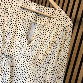Fin skjorte med mønster fra Mango   Stand: Helt ny, stadig med prismærke  Str: M (Lidt lille i str og kort i livet)  Materiale: 100% viskose   Handler via Trendsales og sender med DAO Købet betaler fragt