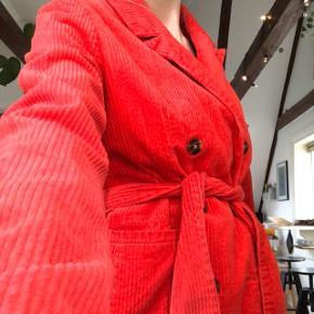 Rød blazer med bælte fra Envii Str. M   💗OPRYDNING I GARDEROBEN💗  Lige nu sælger jeg stort ud, da jeg har brug for plads og tøjet simpelthen ikke bliver brugt..  Der er blandet af lidt forskelligheder (sommerkjoler, retro, hjemmesyet og mærkevare)  - Fra ikke-ryger hjem - Jeg er 181 og en str. S cirka - Der er de billeder der er og der tages ikke flere:) - køber betaler fragt ✨✨✨✨✨✨✨✨✨✨✨✨✨✨✨