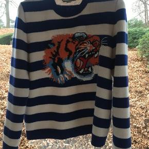 Nypris: 6600  Super fin Gucci sweater, med et klassisk Gucci look. Kun prøvet på enkelte gange:) Det er en str L hvilket svarer til en 52 i italiensk størrelse.