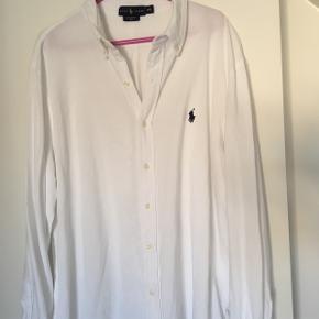 Skønneste Ralph Lauren skjorte i det lækre mesh stof str. XXL.Fremstår næsten som ny. Lille mikro svag plet, som næsten ikke er til at se med det blotte øje (forsøgt at fange på billede) Nypris 900,00 kr.