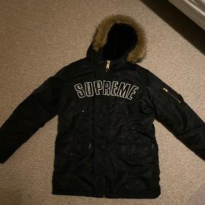 Supreme jakke  Cond 9,5/10  Brugt maks 5 gange 😱 Købt for 2,6 tilbage i 18... 🥱😴 er 180 så du kan se hvad den fitter 👌🏻