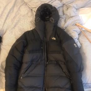 The North Face summit L Down Jacket.   Rigtig varm vinter jakke, i meget høj kvalitet. Brugt men i god stand.