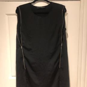 Super fed kjole med lynlåse. Brugt en enkelt gang til et firma arrangement. Som ny.