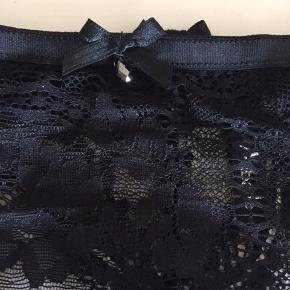 """Ny og ubrugt g-streng fra Aubade's aller dyreste sæt. Trusserne har en sort """"diamant"""" perle foran - trusserne måler øverst: 2 x 36 cm uden at strække og op til 2 x 44 cm ved at strække. Førpris ca. kr. 1.200,00 MP 200,00 Se også mine andre annoncer med ubrugt lingeri."""