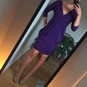 Festlig kjole i mørk lilla og 3/4 ærmer. Sidder rigtig fint og er meget behagelig at have på.