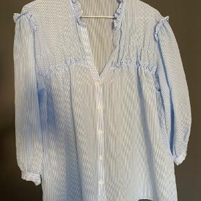 Superfin blåstribet skjorte/bluse. Vasket en gang i Neutral, men aldrig brugt.