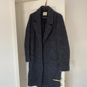 Smuk By Malene Birger frakke/jakke. Str. 36  Stand: Brugt få gange, og frem uden tydelige brugsspor.  Nyprisen var omkring 4.000 kr.